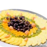 frutas cortadas em bandejas