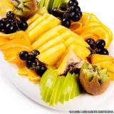 frutas cortadas na bandeja